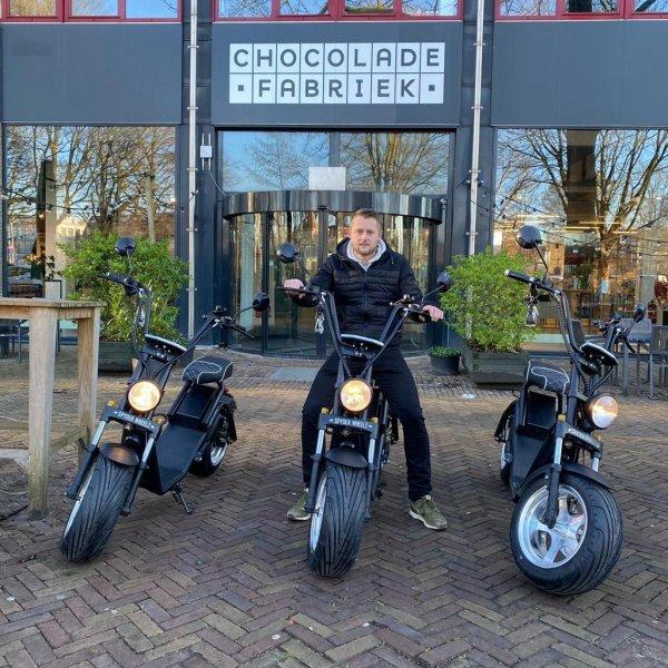 Jochem op Chopper voor Chocoladefabriek